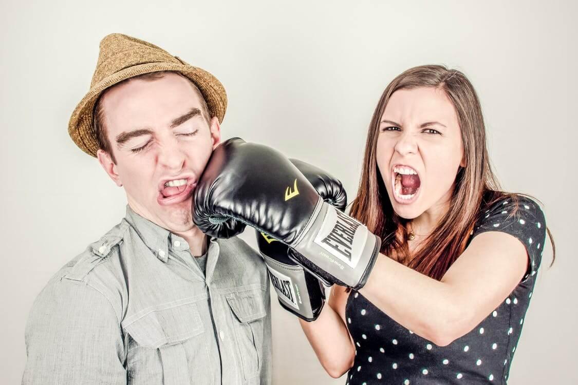 女性が男性を殴る