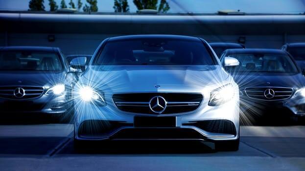 ヘッドライトが光った車