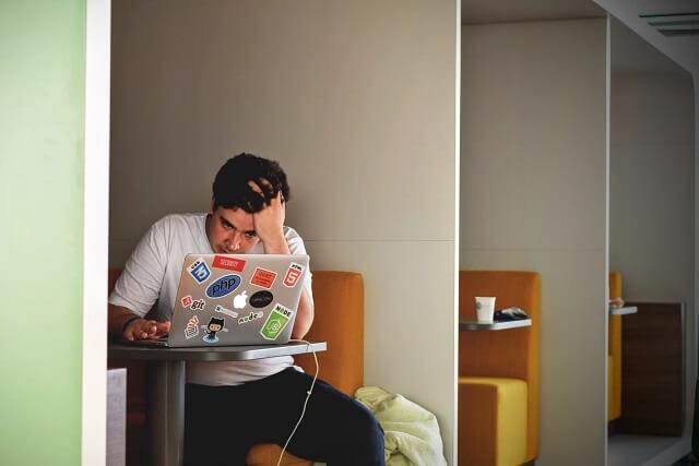 パソコンを前に落ち込む男性