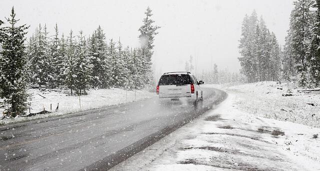 雪の中を走る車