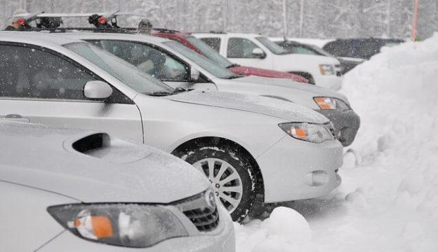 雪と複数の車
