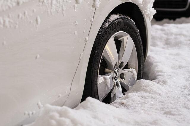 雪にはまったタイヤ