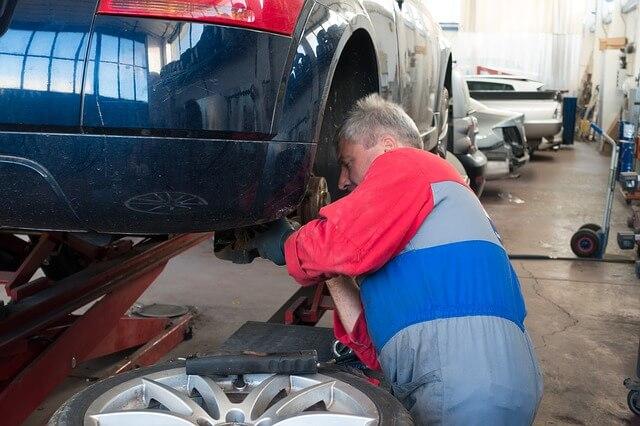 車を修理している人