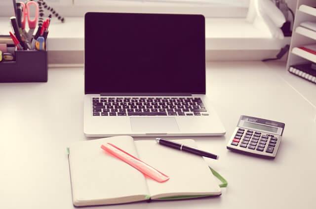 パソコンとノートが置かれた机