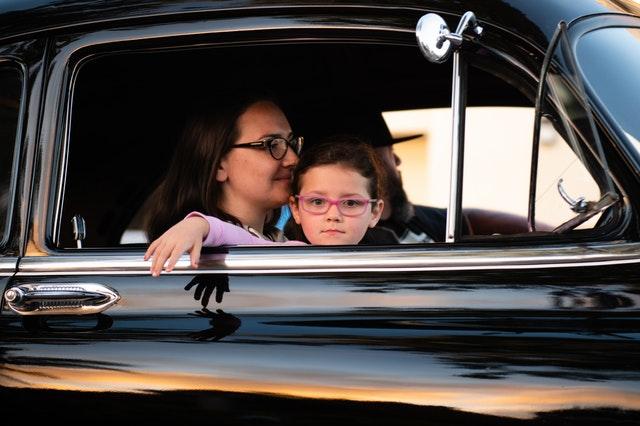 車に乗っている親子