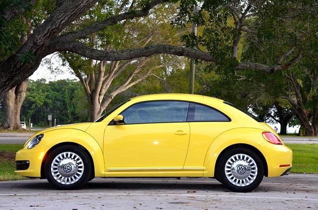 黄色のコンパクトカー