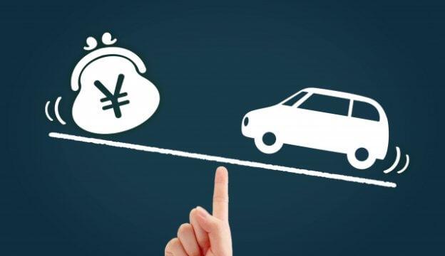 黒板に書かれた車とお金を比較した絵