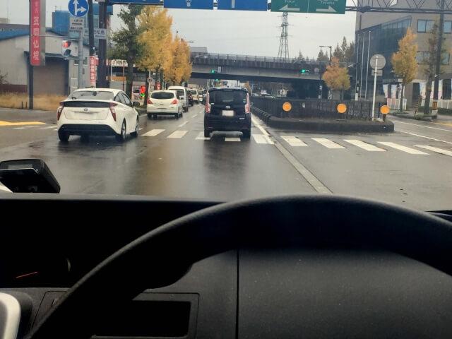 ワンボックスカーの後ろを走る車