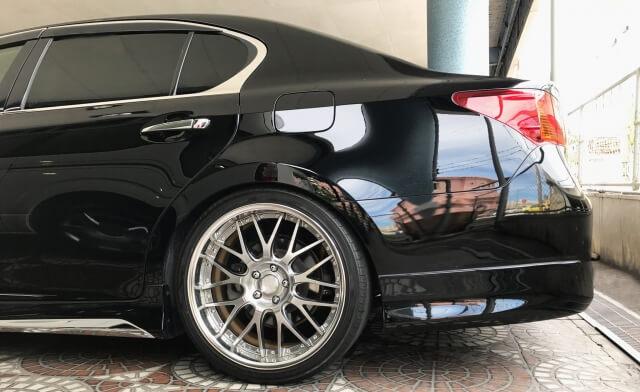 黒い色の車