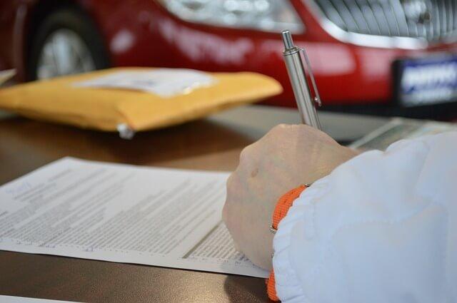 車の契約をする男性