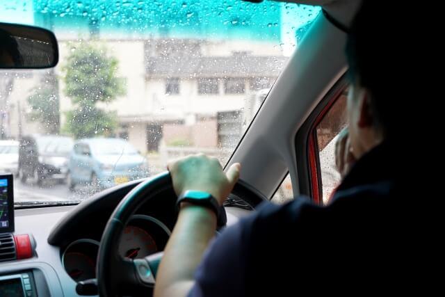 運転中の男性