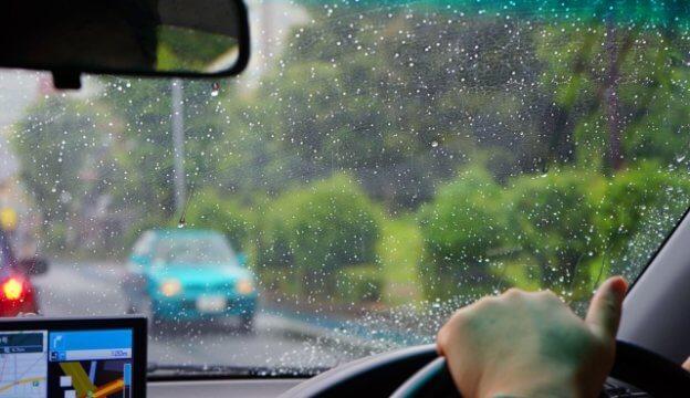 雨の中運転する
