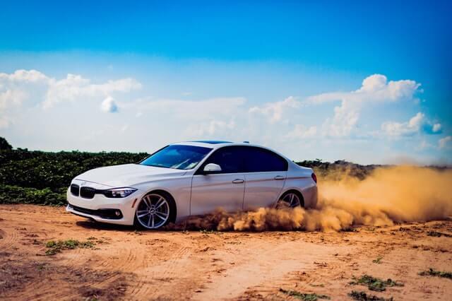 荒野を走る車