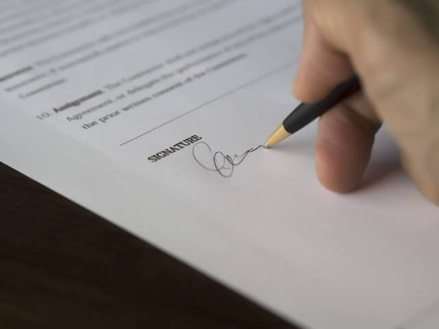 契約書にサイン