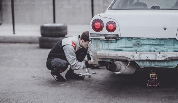 車をチェックする作業員