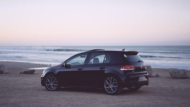 海辺に停まった車