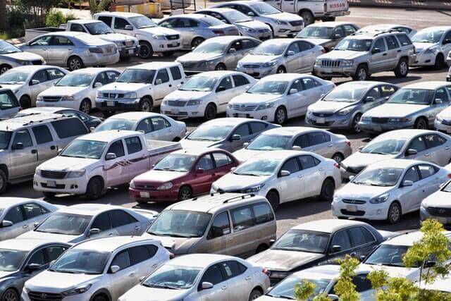 たくさんの車が並べられた駐車場