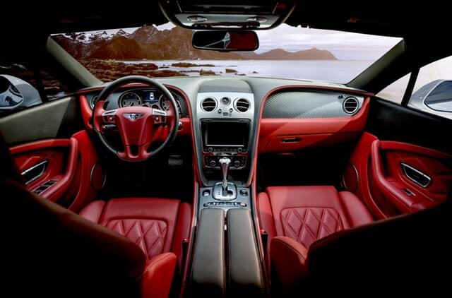 赤い内装の車