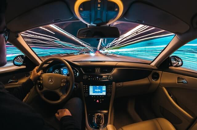 運転中の車内