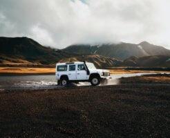山を走る車